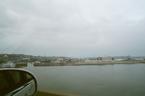The view of the Mississippi river while passing the bridge.