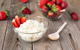 homemade cottage cheese and strawberries | Foodal.com