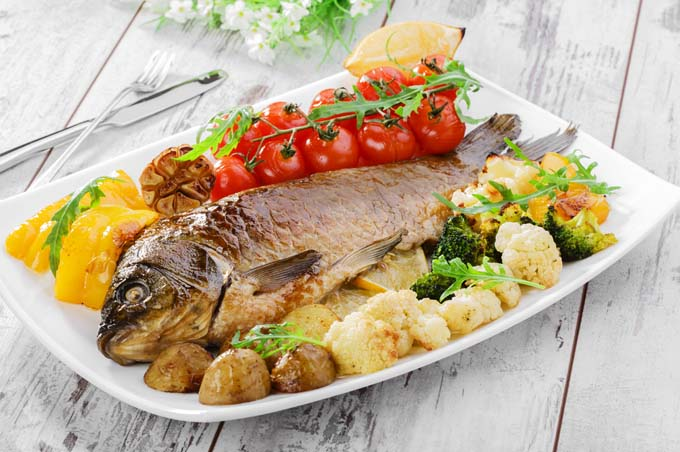 Baked mackerel with tomatoes and roasted potatoes | Foodal.com
