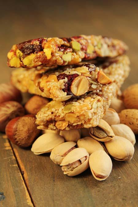 Low Fat Nut and Fruit Homemade Granola Bars | Foodal.com