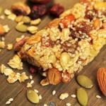Low fat nut and fruit homemade granola bar | Foodal.com