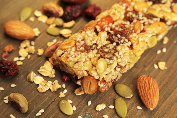Lowfat nut and fruit homemade granola bar | Foodal.com