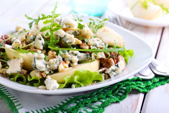 Baby Greens with Roquefort and Pear | Foodal.com
