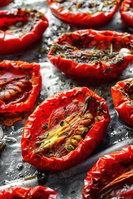 Tomatoes being dehydrated | Foodal.com