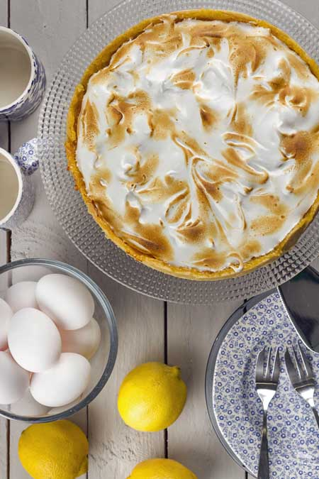 Topping a pie with meringue | Foodal.com