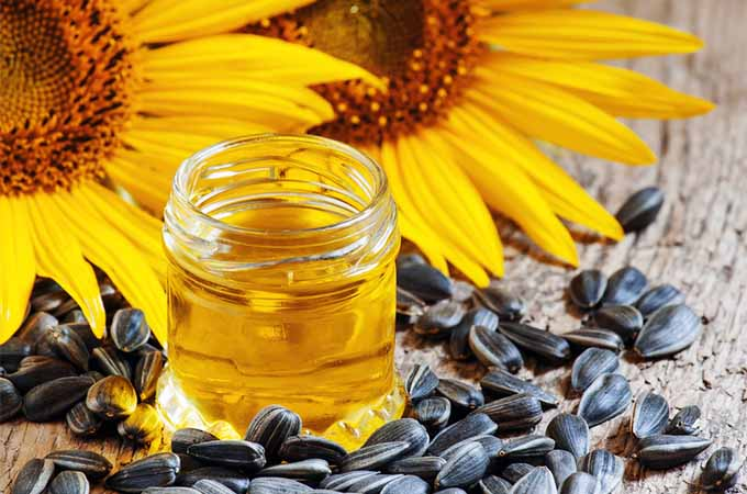 sunflower oil with flowers and seeds | Foodal.com