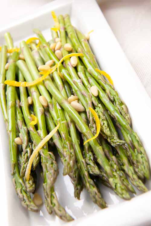 Asparagus with Toasted Pine Nuts and Lemon | Foodal.com