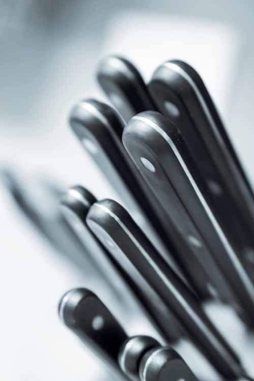 There are many variable that you should look at when purchasing a kitchen knife set including handle material, bolsters, and the type and quality of steel and tempering. Find out what you need to know now!