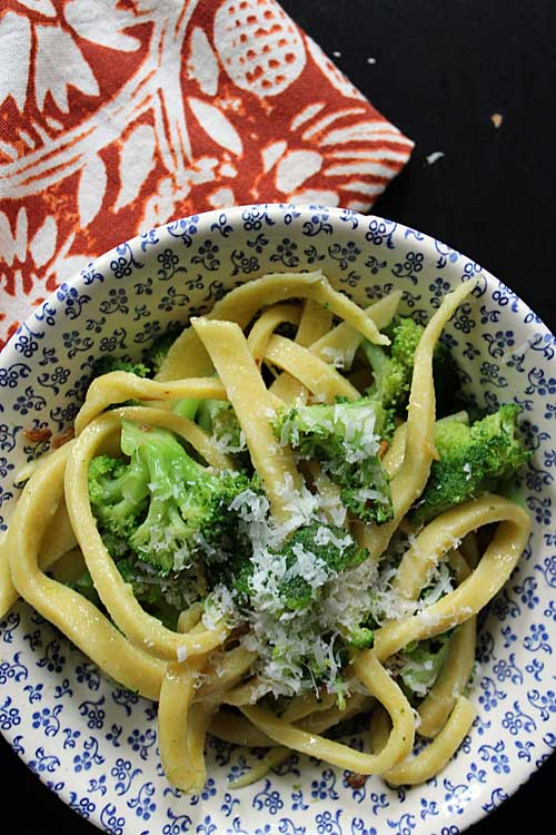 Need a quick and tasty sauce to spread over your choice of pasta? Look no further than this vegan friendly broccoli and garlic sauce. Get the recipe here: http://foodal.com/recipes/sauces/broccoli-garlic-sauce/