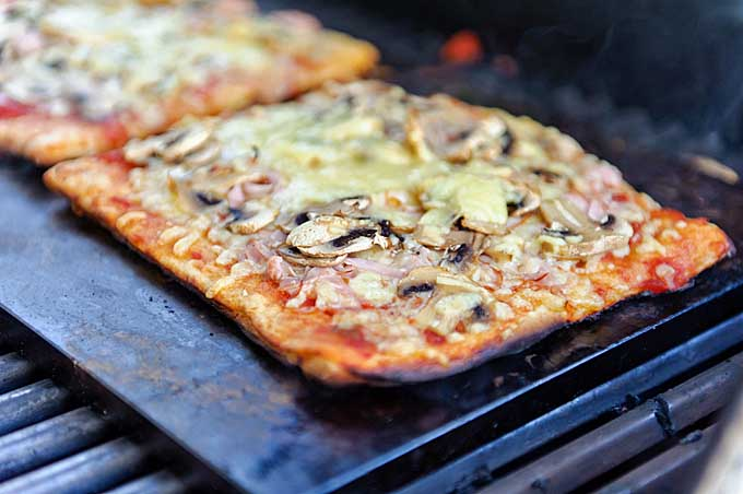 Baking pizza on a grill | Foodal.com