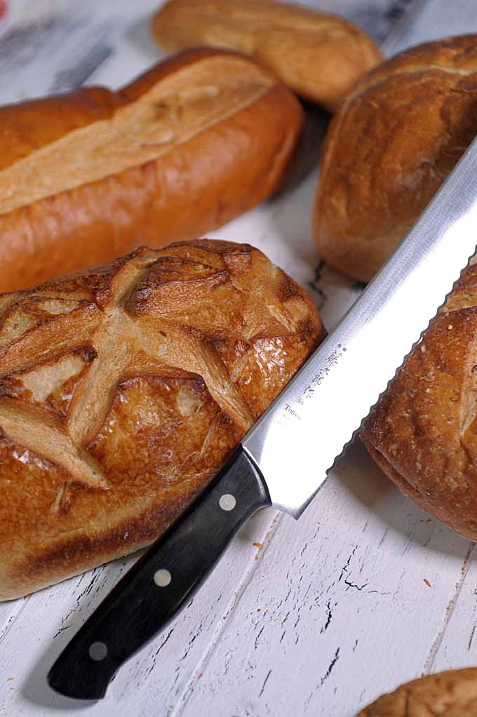 Looking for a great bread knife? IF so, check out Foodal's guide now!
