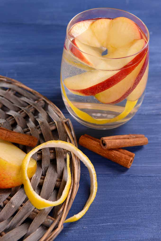 Do you want to keep happy hour fresh and exciting? Learn how to do it with cocktails now: http://foodal.com/drinks-2/alcoholic-beverages/add-apples-to-cocktails/