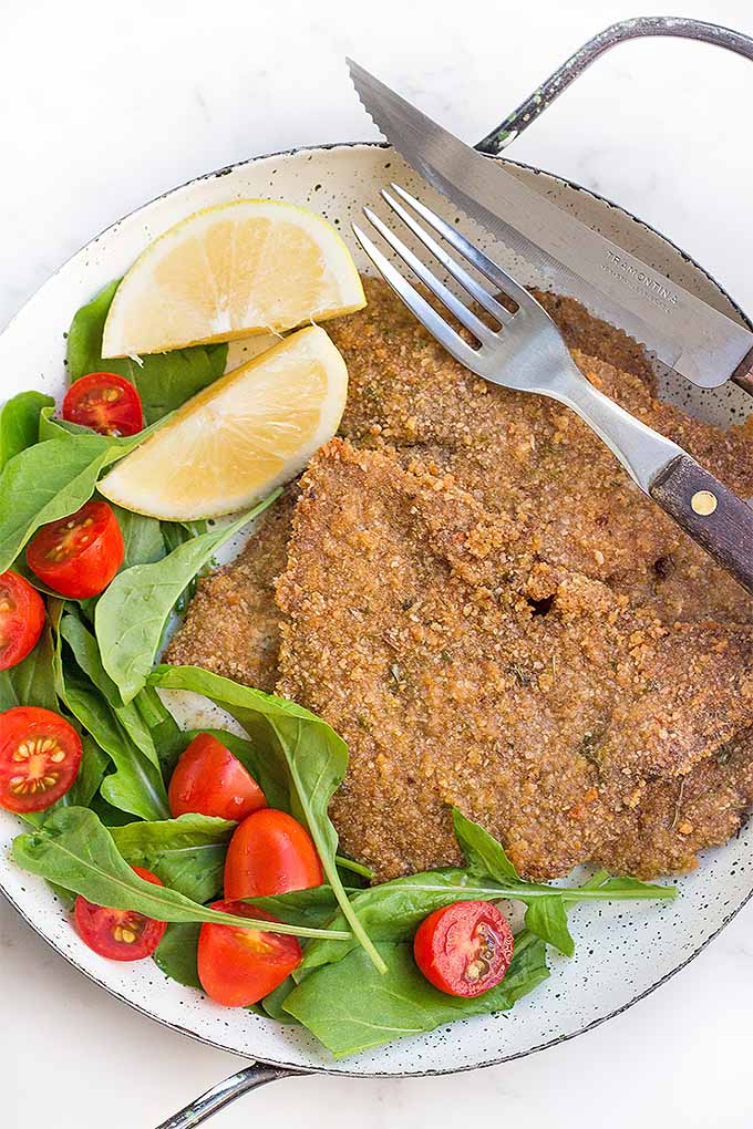 Make a healthier version of crispy and delicious Milanesas de Carne at home, baked in the oven and served with a squeeze of lemon. We share the recipe: https://foodal.com/recipes/beef/milanesas-de-carne/