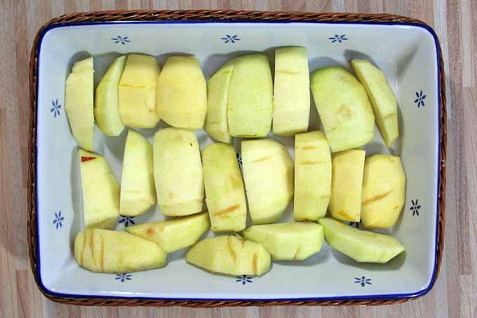 Fill a baking pan with apple slices or your favorite fruit ot make homemade fruit crumble. | Foodal.com