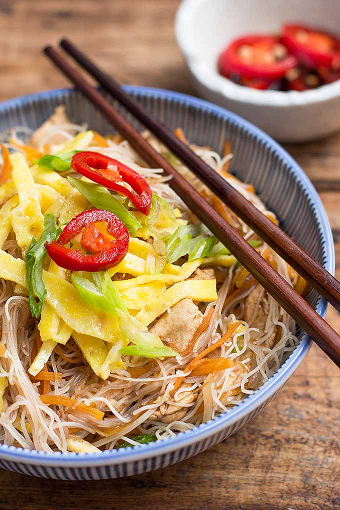 Try bee hoon for dinner tonight, a savory Singaporean dish with chicken, veggies, and noodles. We share the recipe: https://foodal.com/recipes/poultry/fried-bee-hoon-chicken-veggies/