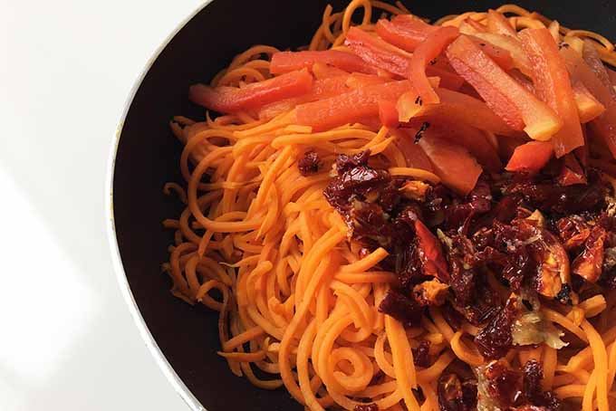 Combining Sun-Dried Tomatoes and Red Peppers with Spiralized Noodles | Foodal.com
