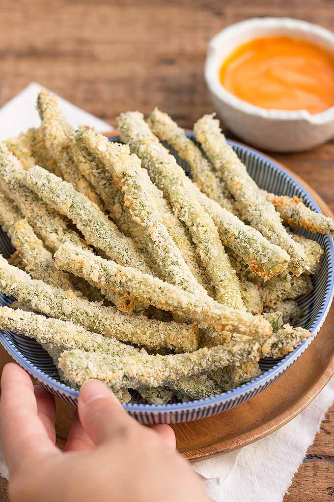 Need a low-carb, low-fat appetizer? Try our recipe for crispy, oven-baked green beans! We share the recipe: https://foodal.com/recipes/appetizers/crispy-baked-green-bean-fries/