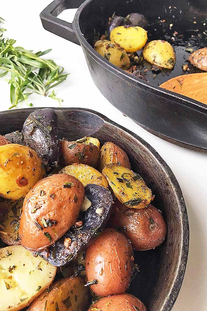Whip up a quick and easy side dish for dinner tonight with our cast iron roasted new potatoes with fresh herbs and garlic! Get the recipe now: https://foodal.com/recipes/comfort-food/herb-roasted-new-potatoes/