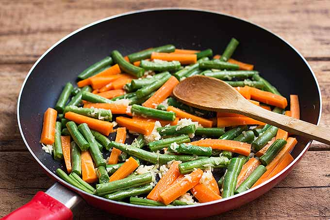 Spicy Sriracha Tofu with Green Beans and Carrots | Foodal.com