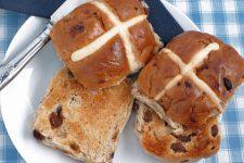 Easter Hot Cross Buns: a British Tradition | https://foodal.com/recipes/desserts/hot-cross-buns/