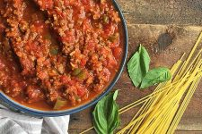How to Make the Perfect Slow Cooker Spaghetti Meat Sauce | Foodal.com