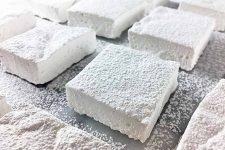 Perfect fluffy squares of homemade marshmallows | Foodal.com