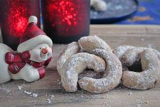 The Best Vanilla Crescent Cookies | Foodal.com